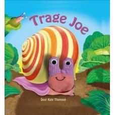 Thomson, Kate: Trage Joe ( met vingerpoppetje vast in boek)